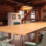 Møterom med møblering, utsikt til tilstøtende rom