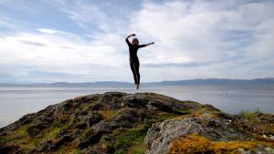 en danser på en fjelltopp